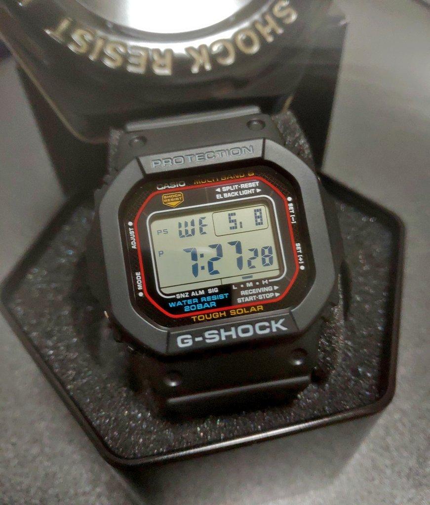 自分への就職祝に腕時計買っちゃっ...たぁ!G-SHOCK GW-M5610キアヌ・リーヴスが「スピード」で着けてた奴の進化版この男の子って感じ!最高にカッコいいわぁ しかもソーラー電池の電波時計頑丈だし防水だし大きすぎないからバイク乗りにもオススメかも