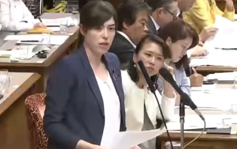 小野田議員が「留学は日本での就職のワンクッションなのか?」という的を射た指摘をすると、文科大臣は、外国人留学生というのはそのまま日本企業に就職して日本企業の国際化に貢献する、又はさらに勉強を続ける、又は母国に帰って発展に寄与する、つまり、『外国人が多様な活躍の機会を得ることが…