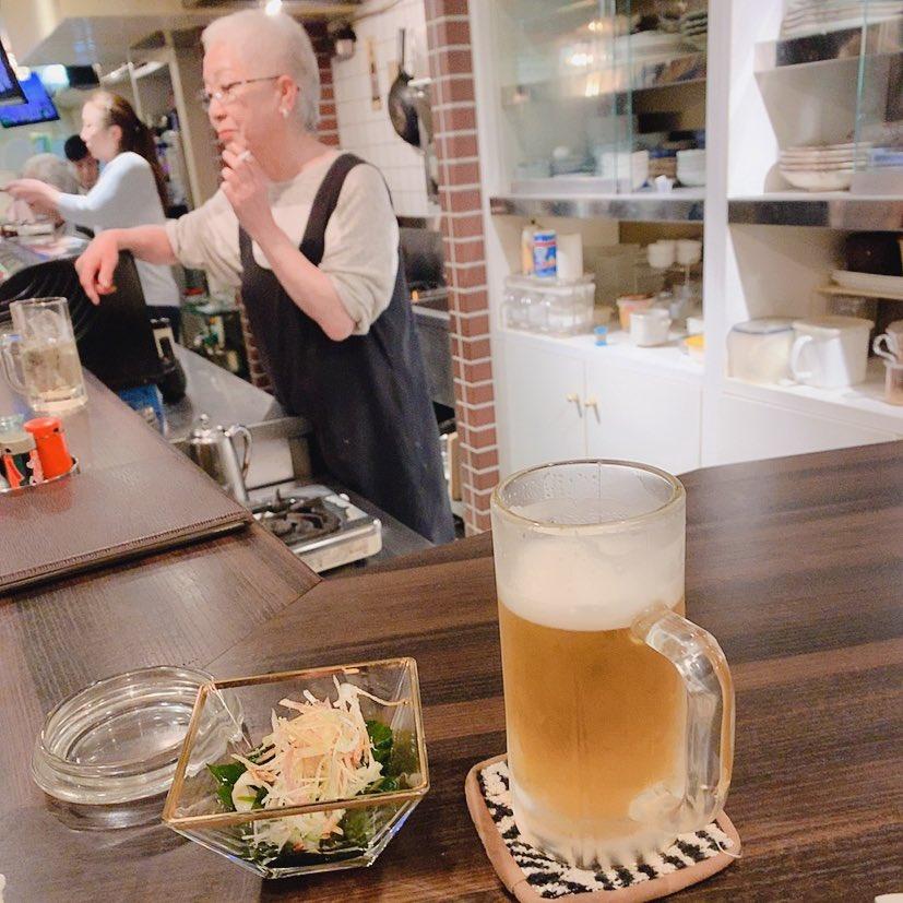 びーるっっ!!て頼むたびに、はい!世界一美味しいビールだよ!!!ってくれるママが好き。。久々に顔だしてちゃんと就職したよって言ったら、みんな身体気を付けてねってら言ってくれて、美味しいご飯とカラオケ大会してくれて、すっごく楽しくてたくさん笑った高円寺の尊い夜?