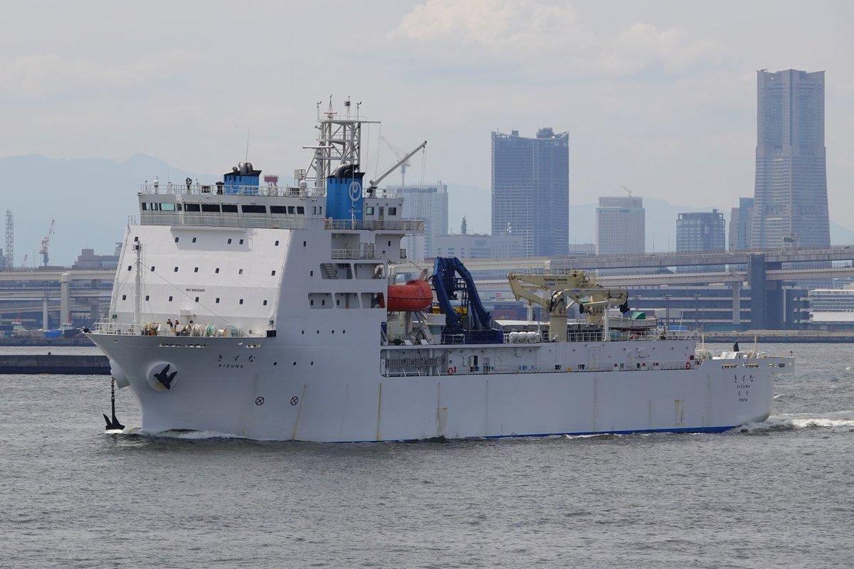 5月5日に横浜で撮ったNTTワールドエンジニアリングマリンのケーブル敷設船「きずな」。GW直前にNTT東日本の海底光ケーブルが損傷したため御蔵島、神津島、式根島、新島でインターネット等が障害を受け本船が修理に派遣されていました。修理が終わり横浜へ寄港後、北九州へ帰る所。ご苦労様でした!