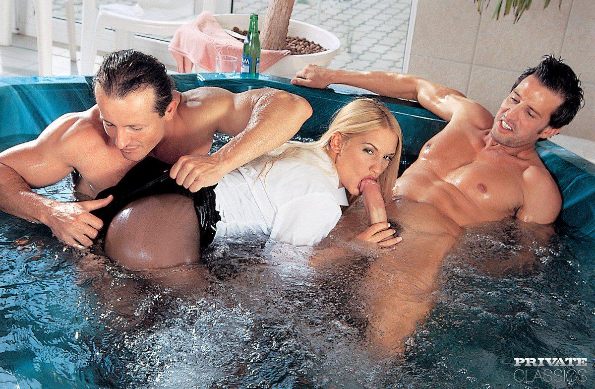 Половые волосатые порно с блондинкой в джакузи возбуждает смотреть