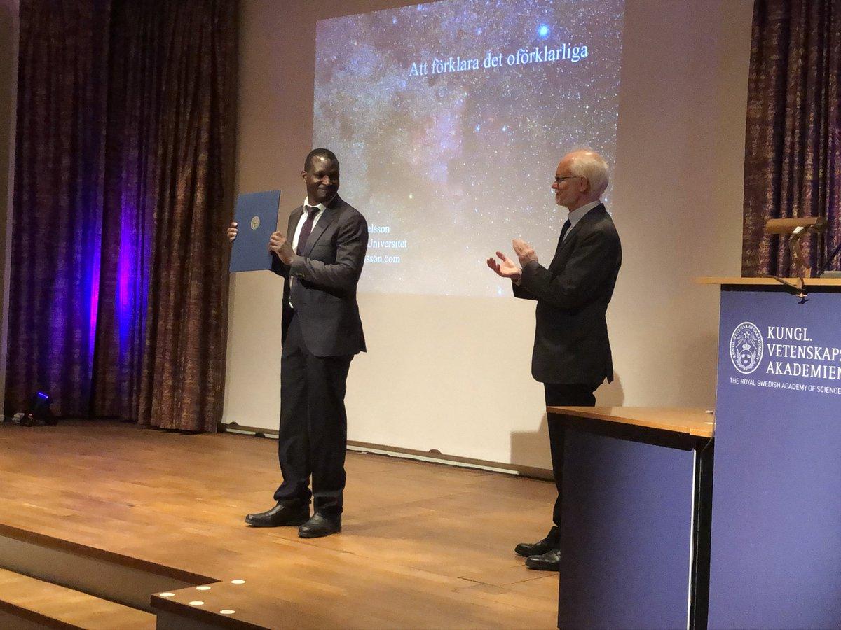 I samband med Vetenskapsakademiens sammankomst på onsdagskvällen fick Nelson Gekara @umeauniversitet ta emot den Flormanska belöningen 2019 av preses Dan Larhammar. #forskning