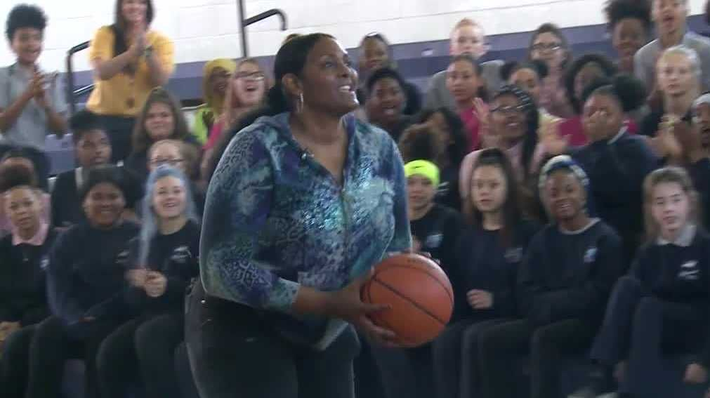 ICYMI: Former @WNBA player Kym Hampton visits @OlmstedSouth Story➡️buff.ly/2Hexs1A #WeAreJCPS @ADChernoff