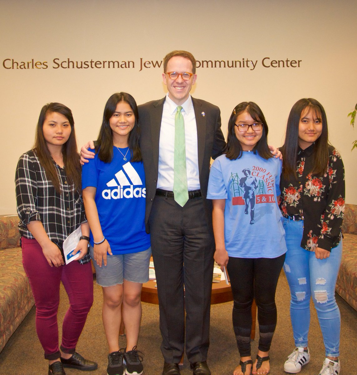 Some of our talented bilingual students met Tulsa Mayor @gtbynum while volunteering as interpreters at the Improve Our Tulsa town hall event. Job well done Huai Ciang, Cing Zo, Cing Niang, and Ciin Shalom! <br>http://pic.twitter.com/p71Uverodp