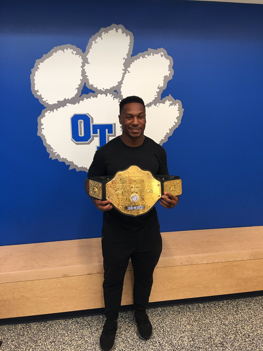 Our honorary Tiger T.I.T.L.E. Winner today @DarrenSproles ! Thank you for visiting and giving back, you are a true champion of character! A Tiger never loses its stripes! #OTChamps @olatheschools