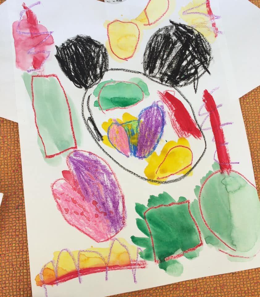 """〜保育園 4歳児さん〜雲ひとつない青空の一昨日は、自分の絵の具を使って初めての制作を4歳児さんと楽しみました!小さな""""Tシャツデザイナー""""の誕生です✨?(派遣指導員 川内丸)"""