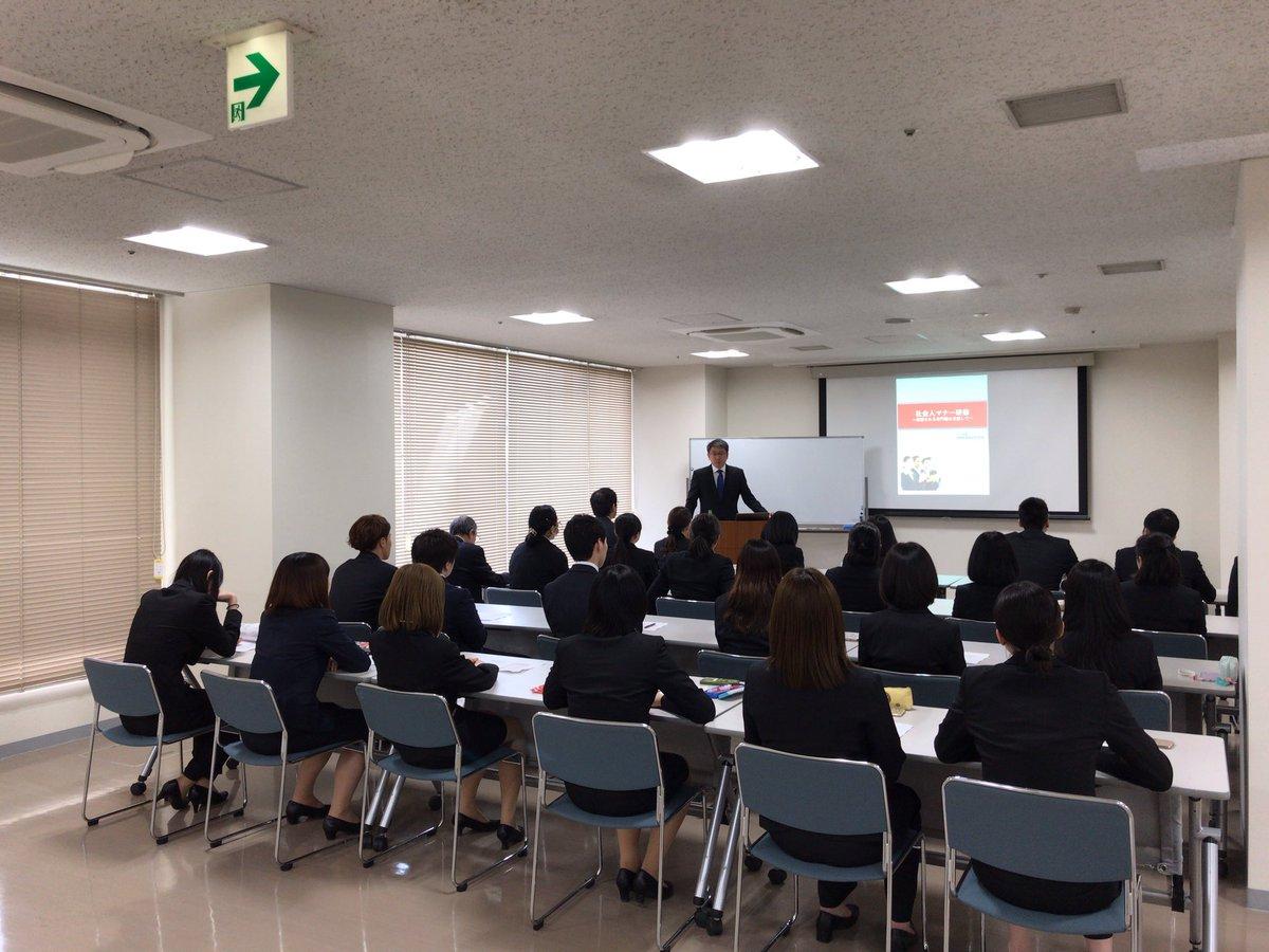 本日は2年生に向けて、就職のためのマナー研修を行いました。講師は、自らも介護福祉士であられる、人材育成をされている伊藤順一先生です!