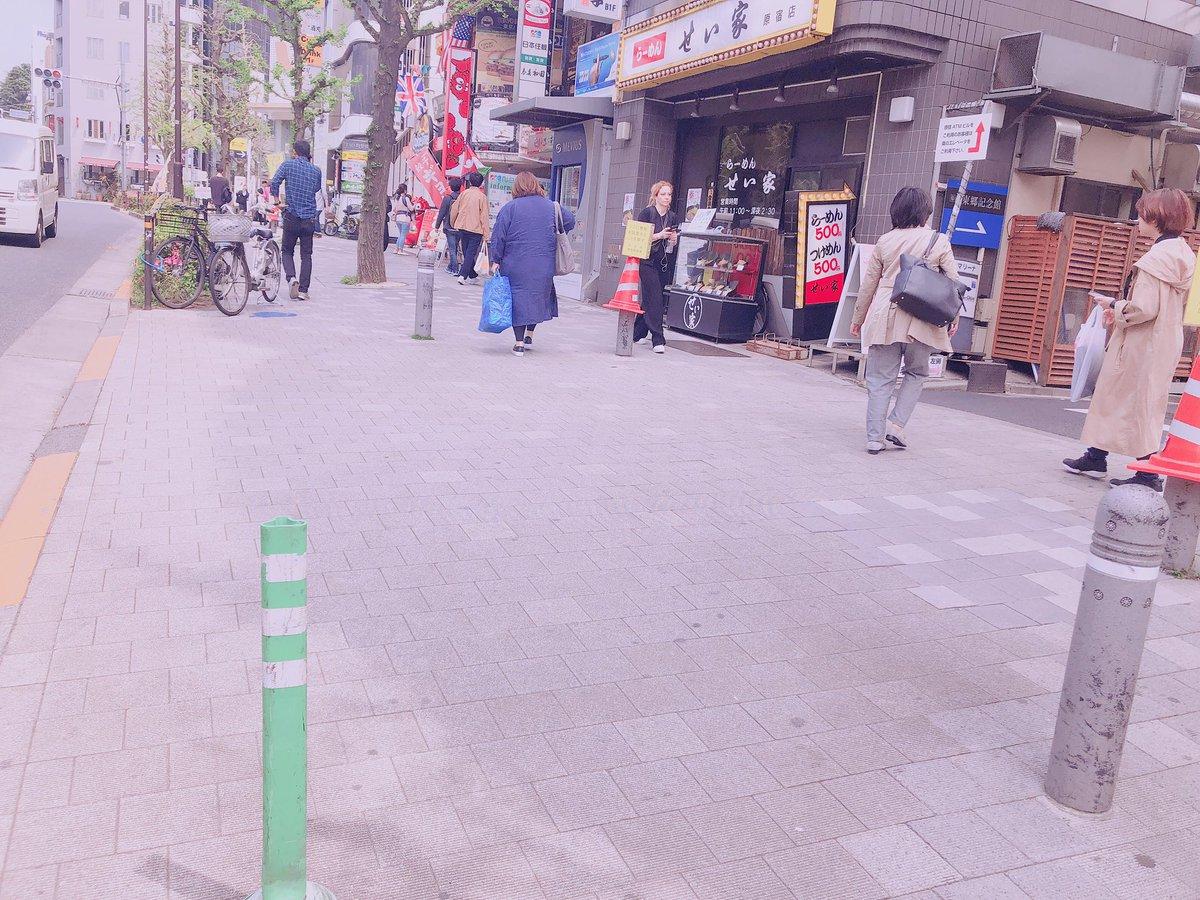 OPEN前よりヨルムに並ばれる皆様🙇♀️ ヨルムはビルの規定によりビル内に長時間お並び頂く事が出来ません(><)お店の前の通りにある写真左の緑の棒のところを先頭に、車道側になるべく詰めて頂き、2列でお並び下さい🙇♀️カップホルダーを入れる袋のご持参のご協力もどうぞよろしくお願い致します🙇♀️