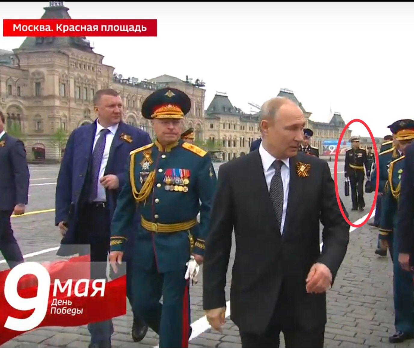 הנשיא פוטין מסתובב בכל מקום עם מזזודה לשיגור טילים גרעינים בשעת חירום D6IEZDHW0AEQEp1?format=jpg&name=large