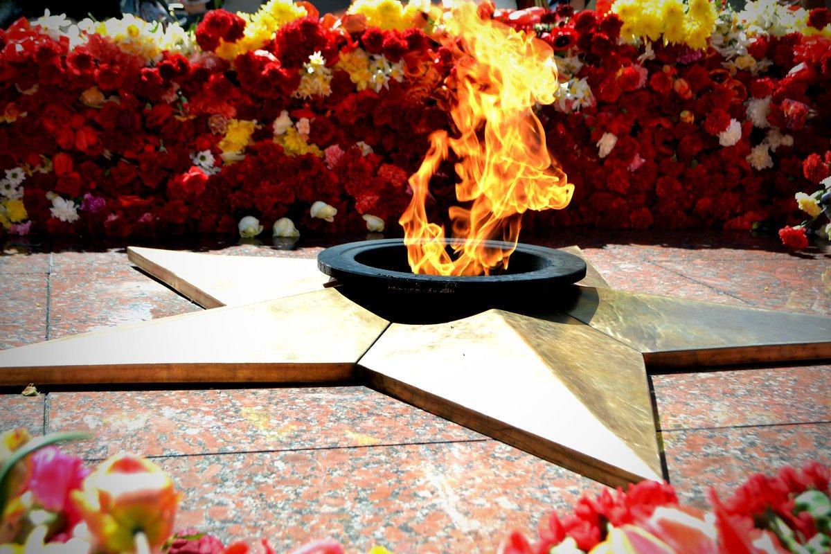Девушка, картинка с вечным огнем к 9 мая