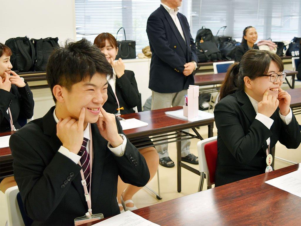 これから初めての就職活動を迎える3⃣年生のために、特別講座が開かれました?履歴書の正しい書き方を教わったり?ビジネスマナーを実践してみたり?笑顔の練習はなんだか楽しそう?わからないコトは就職サポート専任の先生に聞けるから安心だね❣️#岩崎学園 #横浜保育福祉 #専門学校 #就活 #3年制