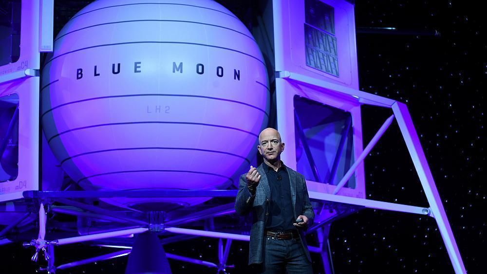 جيف بيزوس يكشف عن مركبة Blue Moon لنقل رواد الفضاء إلى القمر  D6MpToPW0AE12Sb