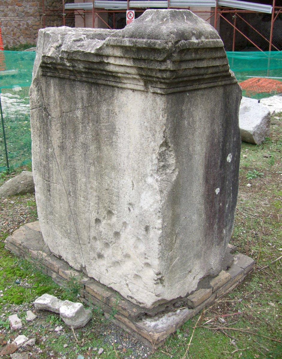 """Nel Foro di Cesare si giocava! Su una base di statua gli archeologi hanno trovato il """"gioco delle fossette"""": non se ne conoscono le norme ma è facile immaginare che fosse simile al filetto #PlayMW #ForiImperiali #MuseumWeek"""