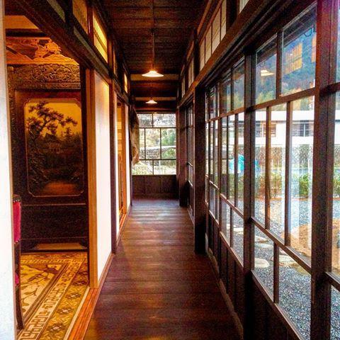 日本家屋の現代では省かれてしまったステキスペース、回り廊下の贅沢さに憧れますよ。大人だってここを小走りしたいし、椅子を置いてお茶したい。