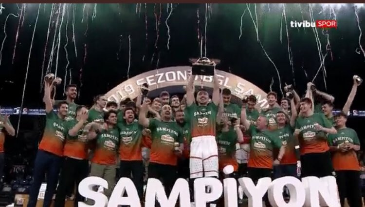 Basketbol Gençler Ligi Şampiyonu olan @BanvitBK tebrik eder, gençlerimize kariyerlerinde başarılar dileriz.👏🏻👏🏻👏🏻