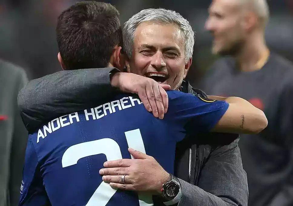 BREAKING NEWS! Ander Herrera dipastikan keluar dari Grup WhatsApp MUFC Squad di akhir musim ini.  Thanks you @AnderHerrera 🙏⚽  Gimana tanggapan kalian ? Dan Moment apa yang kalian tidak lupakan selama ini ?  #UtdIndonesia #UnitedTogether  #UnityForUnited