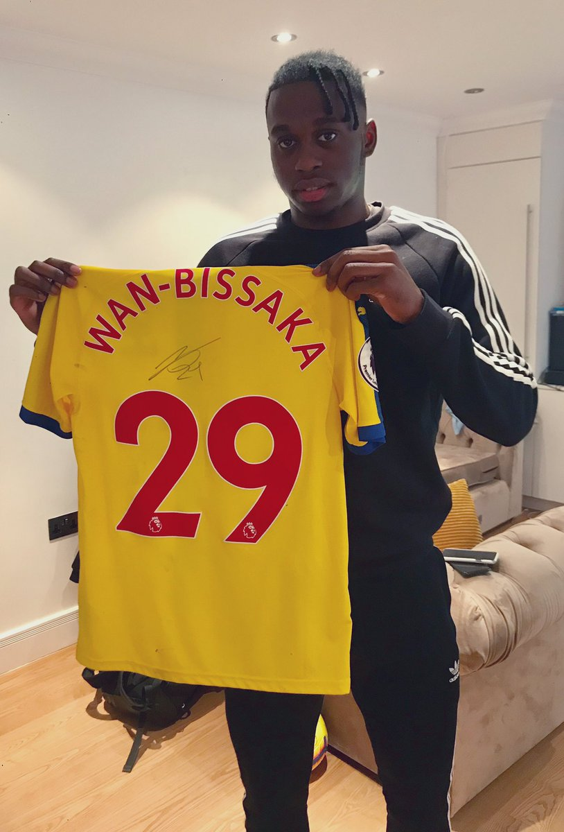 To thank you all for your support this season I'm giving away this signed shirt. All you have to do to enter is RT and like this tweet! 🔴🦅🔵 #AWB #CPFC