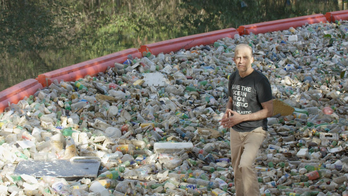 Stopping #oceanplastic starts with cleaning up plastic in rivers that flow to the sea. This project by @MareaVerde_PA has collected 120,000 bags of waste from a river in just a year! It's a step in the right direction. Our oceans need more innovations like this around the world.