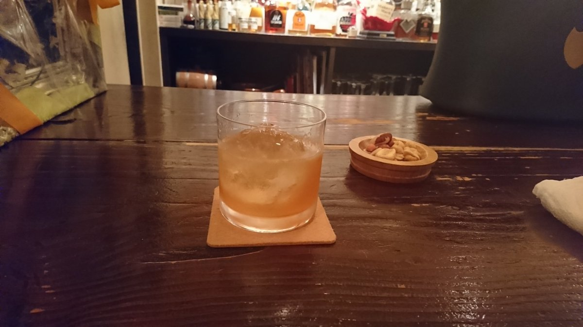 Cole Bar。ミナミで、もうひとちゅ、のお薦めのbarがこちら。「4杯のんでるので、リキュールベースで、味わいが個性的な…」と注文ちたら、思い出のカクテルが。就職活動に失敗ちたポップンが通い初めた宇都宮のbar「Chamonix(シャモニー)」に初めて行った時、(続く) #nowdrinking ……Charlie Chaplin
