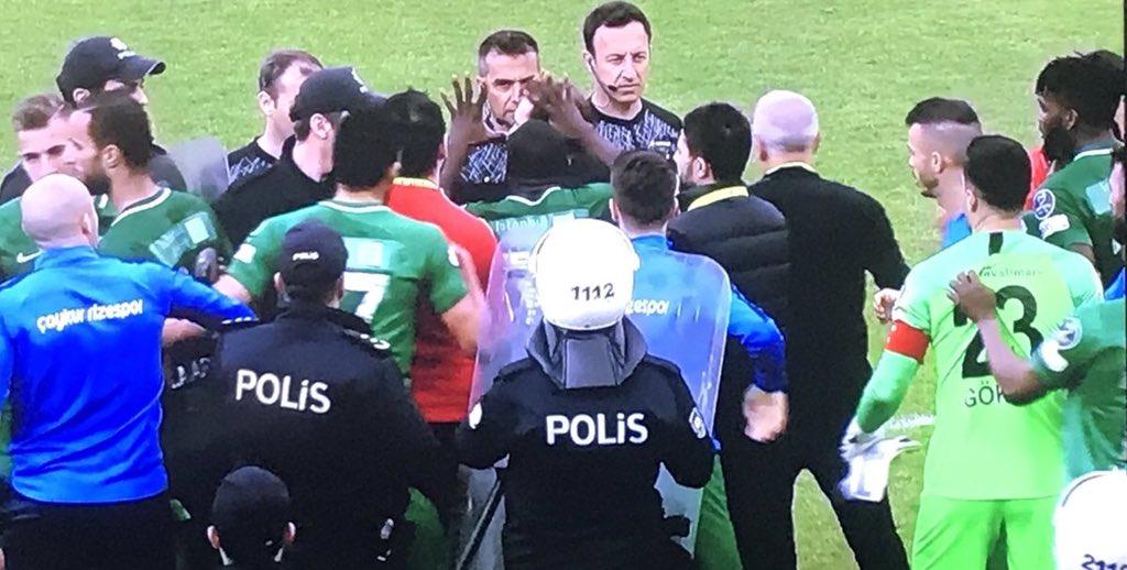 Adaletin a'sı  da yok, vicdanın v'si de.Türkiye ligleri, her hafta birbirinden daha dehşet futbol cinayetleriyle tanışıyor. TFF ve Yönetimi, MHK ve tetikçileri, can yakmaya devam ediyor. Olmaz olsun böyle futbol. Tepeden tırnağa bir temizlik operasyonu gerekiyor, başka yolu yok.