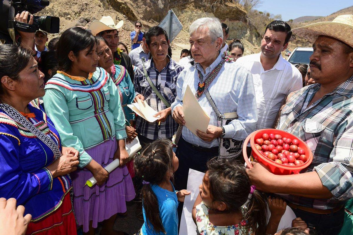 Hoy en Jesús María, Nayarit, nos reunimos con representantes de los pueblos coras, huicholes, tepehuanes y mexicaneros. Refrendé el compromiso de que los pobres serán los primeros. https://t.co/onrPOedKer