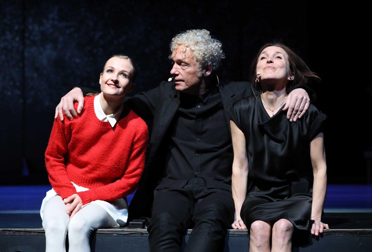 toitoitweet > dansers VIER VERHALEN EN EEN DAG > straal op het podium vanmiddag @MusisenSTArnhem > introdans.nl/vier-verhalen-… @spinvis