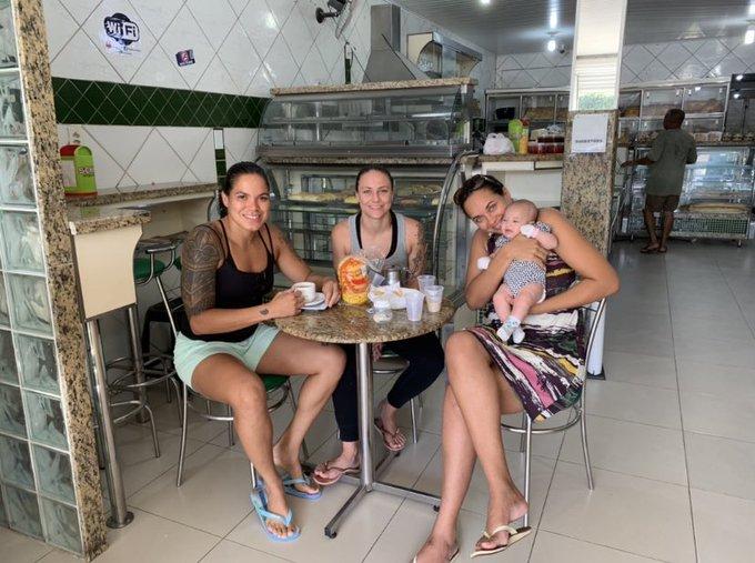 Feliz dia das Mães Riquinha 👉🏼Tomando um café em uma padaria na cidade chama Catu lá na Bahia pertinho da minha Pojuca.🙌🏼 Happy Mother's Day to my sister.