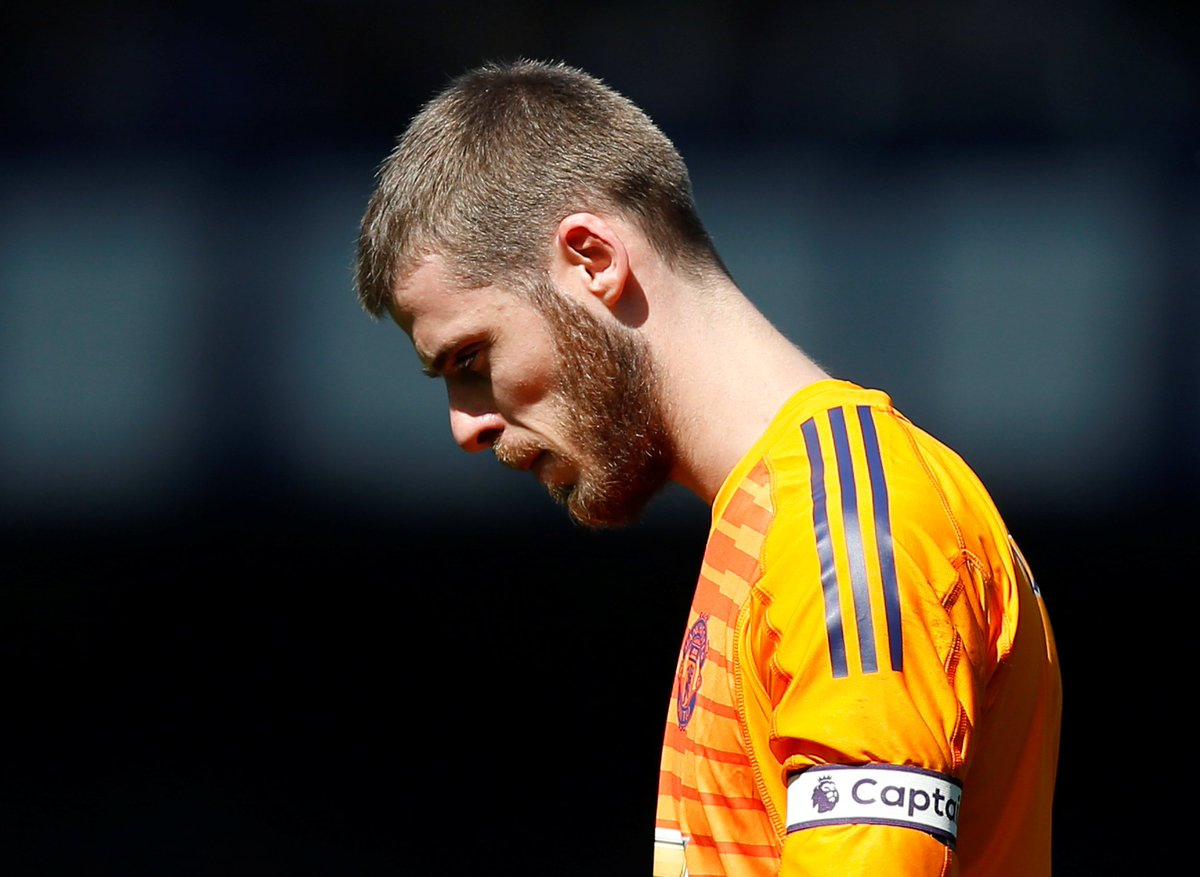 PSG are ready to encourage David de Gea to see out the rest of his Manchester United contract and then join them on a free transfer. (Source: Daily Express)