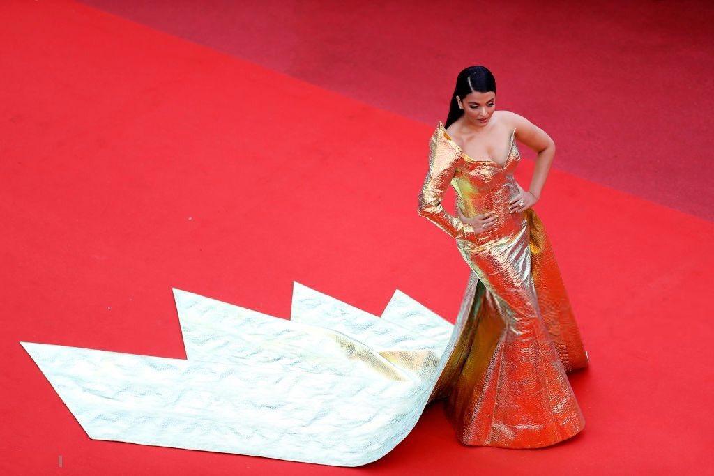 #AishwaryaRaiBachchan#AishwaryaRaiBachchan sprinkles on #Cannes2019 #RedCarpet in her mermaid-cut golden dress by #JeanLouisSabaji couture. #Cannes #CannesFilmFestival #CannesFestival2019 #AishwaryaAtCannes