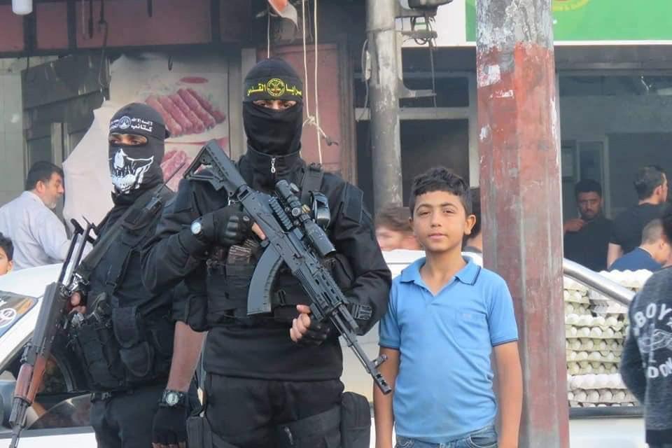 Saraya al-Quds and Mujahideen Brigades distribute water and dates Sunday evening in the al-Shujaiya neighborhood. #Gaza