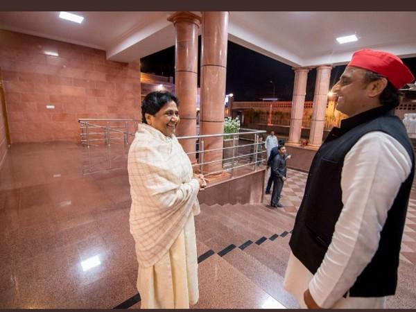 Samajwadi Party chief Akhilesh Yadav reaches BSP Chief Mayawati's residence in Lucknow. (File pic)