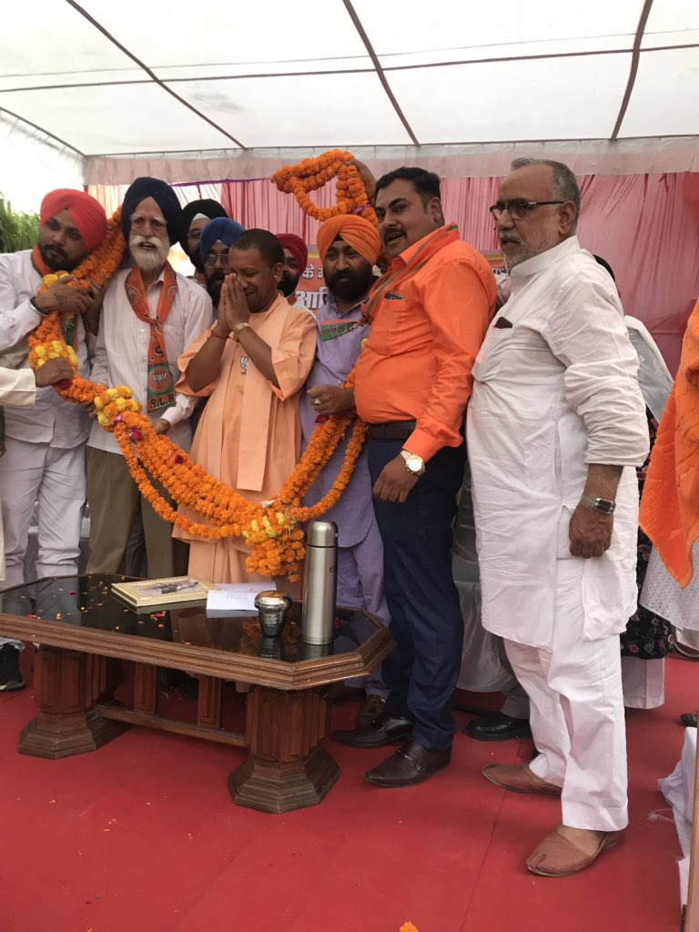 Yogi Adityanath at a small gathering of Gorakhpur's Sikh community. Why is the UP CM virtually camping in his stronghold ahead of the elections? Tonight @OnReality_Check, the Yogi's bastion: on the edge?