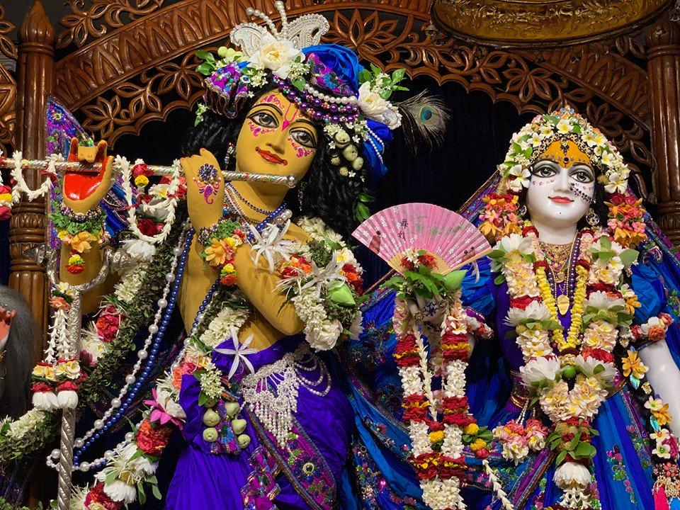 Chandan Yatra in Mayapur! Everyday different veshas are being offered to Sri Radha-Madhava. Sri Radha-Madhava as chakra Narayana! https://t.co/uBAJDUu0Rz