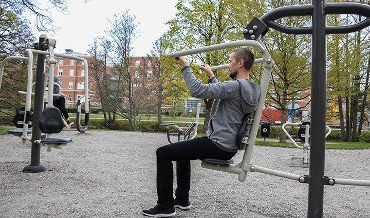 Patienter som behandlas av en fysioterapeut efter lungcanceroperation rör på sig mer. Det visar en ny avhandling av Marcus Jonsson.  https://www.oru.se/nyheter/patienter-som-far-hjalp-av-en-fysioterapeut-efter-sin-lungcanceroperation-okar-sin-fysiska-aktivitet/…