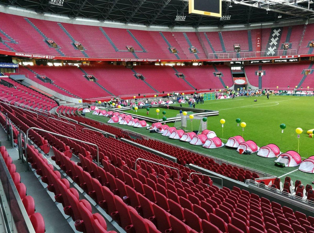 Na de (officieuze) kampioenswedstrijd van Ajax mochten de kids van de @ABNAMRO ChampCamp in een tentje overnachten op het veld van de Johan Cruijff ArenA. Een onvergetelijke dag voor deze bofkonten! 😁