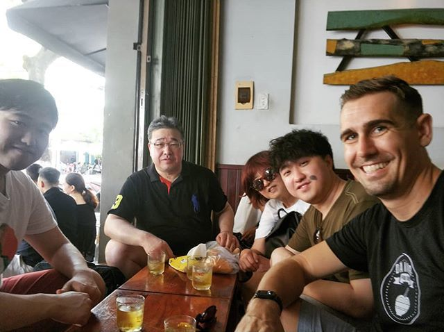 Had a lovely Korean family on our morning tour. Dad's knees were comfortably above the table  #danangfoodtour #danangcoffeeshop #caphesuada #danangfood http://bit.ly/2VkfTSw pic.twitter.com/RHXh5YVJ7P