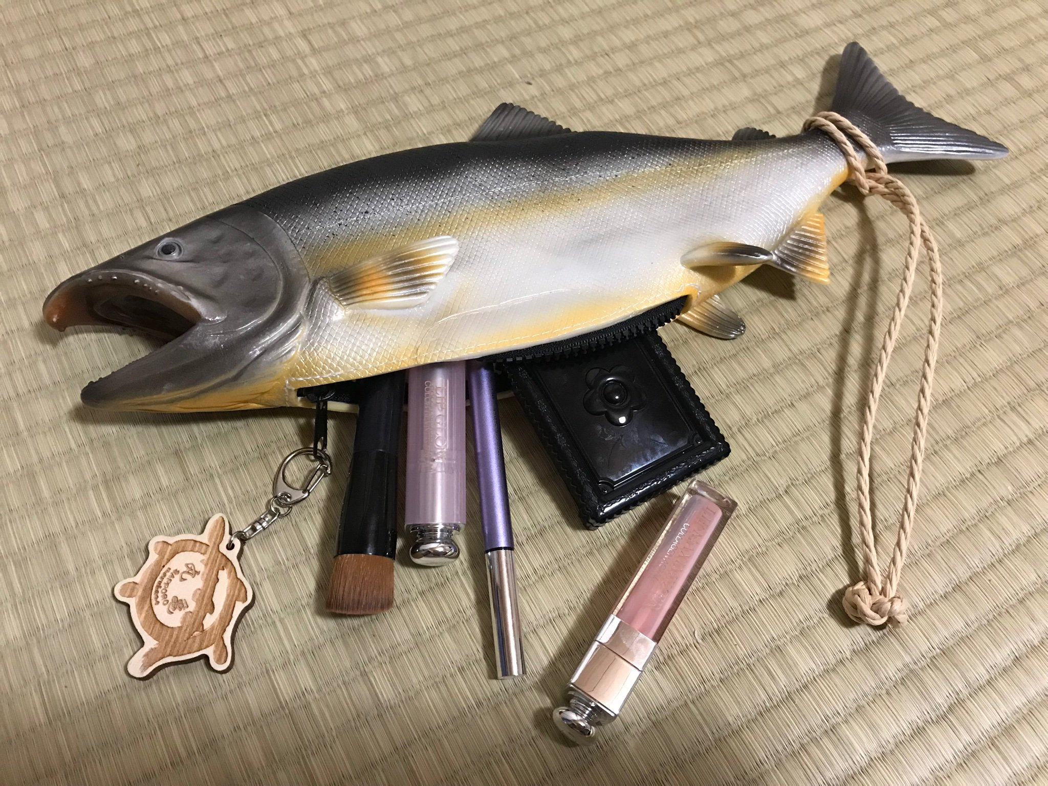 鮭バッグ、鮭好きな方には気になる一品です。リアルな鮭の中身が、女子力高くてギャップがまたいい。