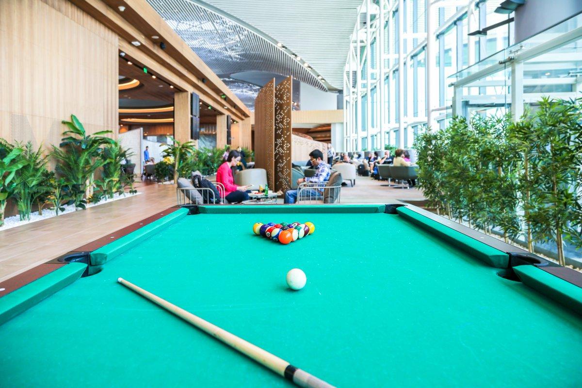 Dünyanın en büyük ortak lounge alanı #İGALounge'da; ferah teras alanı, toplantı odaları, duş imkanı, oyun alanları ve çok daha fazlası keyifli zaman geçirmeniz için sizi bekliyor. ✈