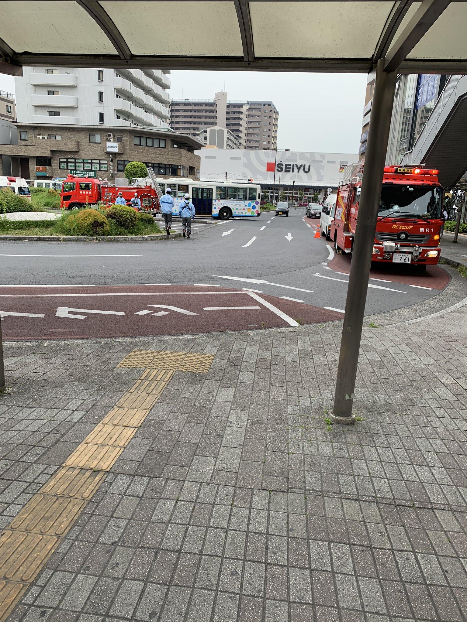 南草津駅の人身事故で緊急車両が集結している画像