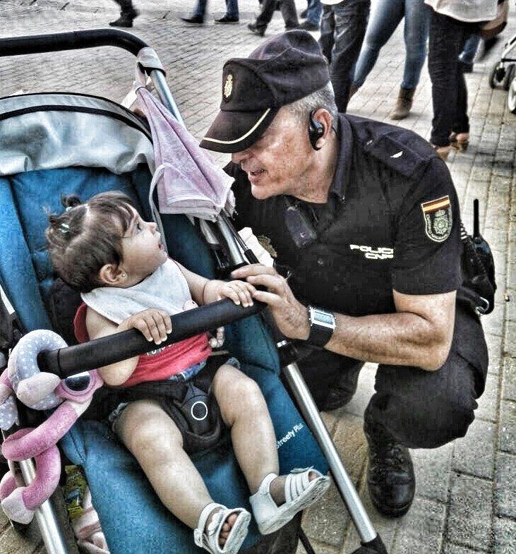 "Si enseñas a tus hijos que somos el ""coco"" no se acercarán a nosotros si nos necesitan. Diles que estamos para ayudarles, que si se pierden o están en problemas, nos busquen. #SomosTuPolicía"