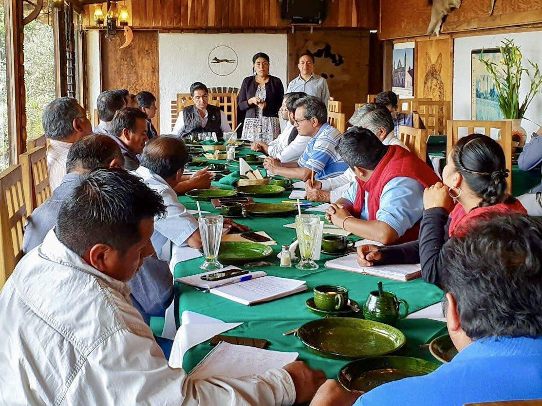 Para dar seguimiento al compromiso del gobernador @alejandromurat de trabajar a favor de los pueblos indígenas y afromexicano, la secretaria de la SEPIA @EufrosinaCruz junto al coordinador de @COPLADE_GobOax se reúne con autoridades municipales de la Sierra Juárez #Oaxaca.