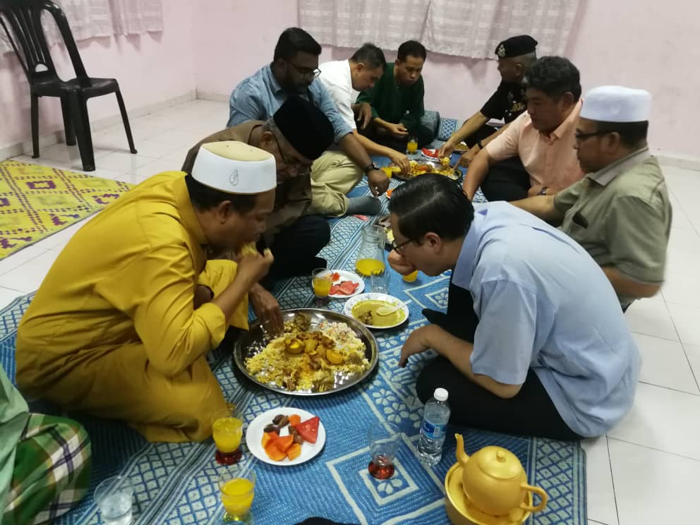 「Gambar Lim Guan Eng makan dalam talam」的圖片搜尋結果