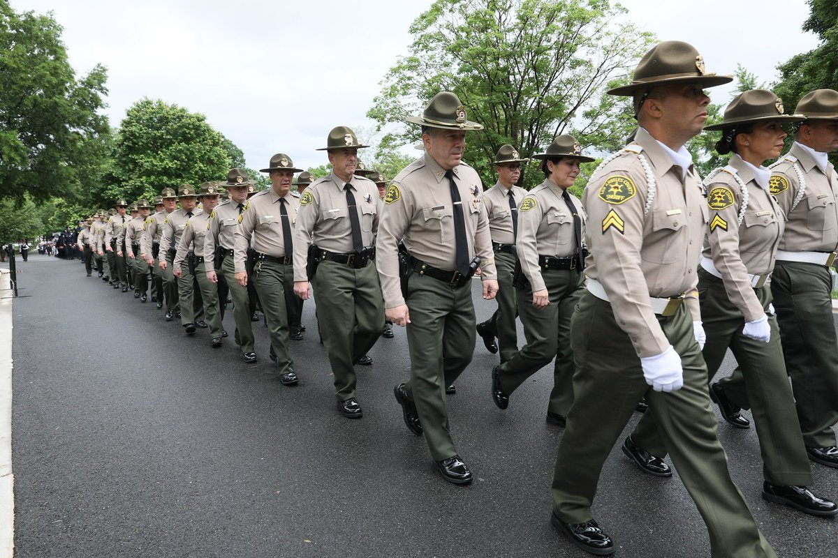Today, #LASD, and Peace Officers from throughout Southern California gathered to pay tribute to 2018 Fallen Officers at wreath laying ceremony at Tomb of Unknown Soldier, @ArlingtonNATL #NationalPoliceWeek2019 #nationalPoliceWeek  https://bit.ly/2ViorcI