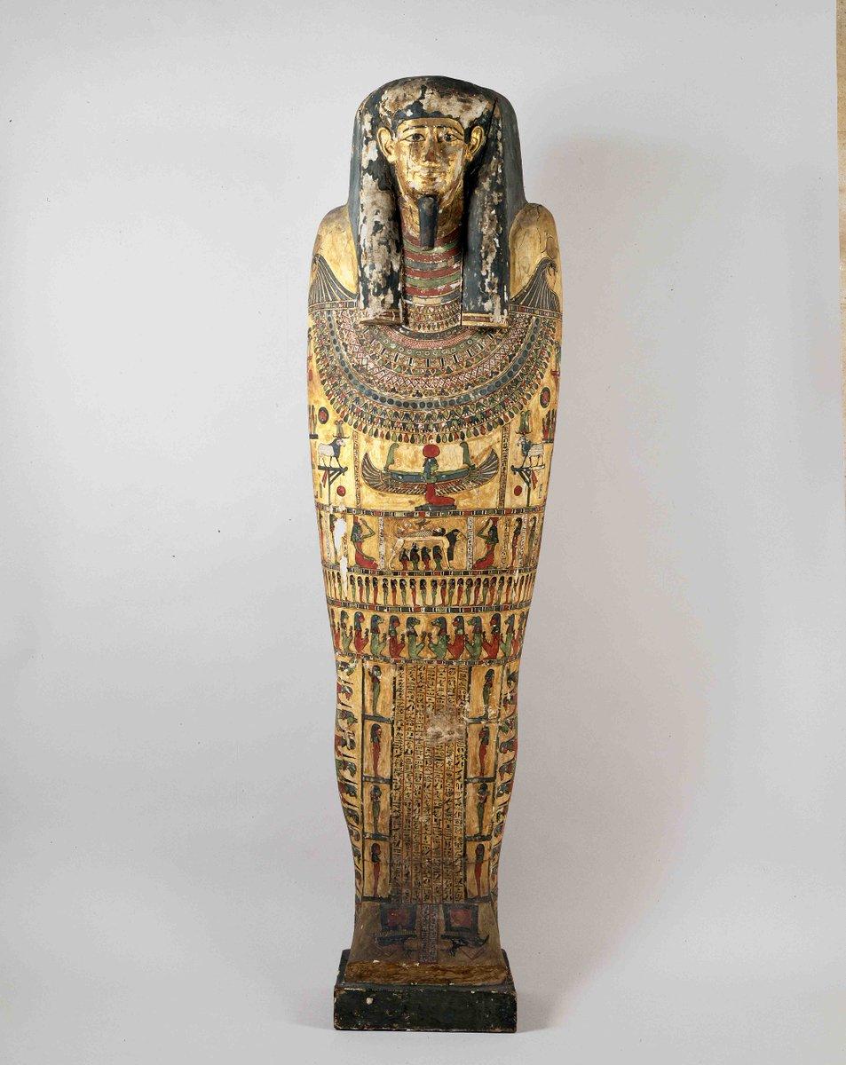当館所蔵の古代エジプトの棺。虹のように色鮮やかな彩色が施されています。彼らは色の種類が多いほど、まじないの効力が強まると考えていたようです。独自の色彩センスに惹かれます。棺はミイラを納めていたもので、死者を外敵から守る役目を果たしていました。#RainbowMW #虹ミュージアムウィーク