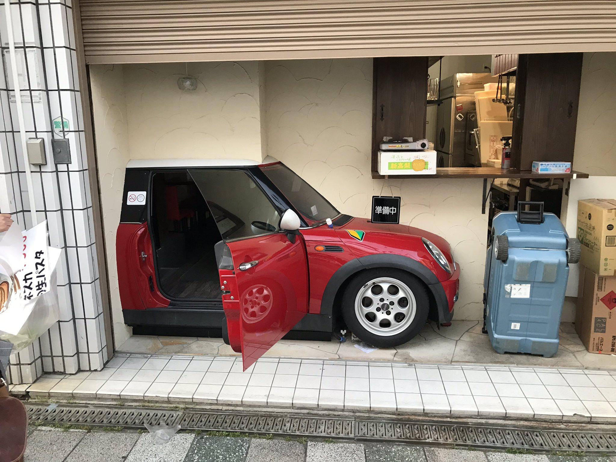 吹田駅の目の前にあるカレーのお店。 自分でミニを購入してぶった切って 入り口にしちゃったらしいよ。 6/1からOPENだって!