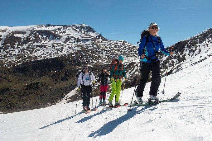 Las estaciones chapan pero los foreros siguen esquiando, aquí de nuevo Manuel y compañía subiendo al Pico Gallinero 👉https://t.co/TwedG8E5ck  @AramonCerler @TURISMOBENASQUE
