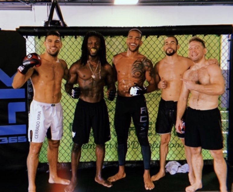 It's #fightweek for FOUR guys from @365hardknocks - show me a better gym. 🧐 @ssorianoMMA @NikLentz @predatortoon @VicenteLuqueMMA @DanHotChocolate #hkicboxing #UFCRochester https://t.co/wZEMBdiNd1