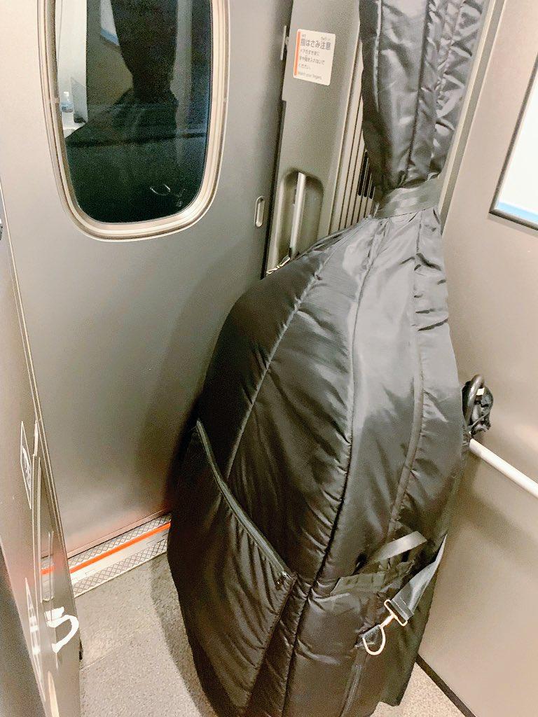 コントラバスって新幹線乗る時こんな風にドアに立てかけてるので駅着くたびにどっちが開くのかビクビクしてるんですが、今日の車掌さんがこんな素敵なメモをくれて僕は恋に落ちました。 #届け