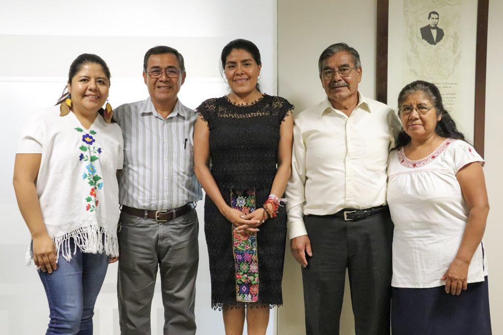 Las lenguas maternas y los conocimientos de la medicina tradicional de #Oaxaca forman parte de nuestro patrimonio cultural. Me reúno con integrantes de la Asociación de Profesionistas y Profesionales para el Desarrollo Integral Comunitario de Capulálpam de Méndez.