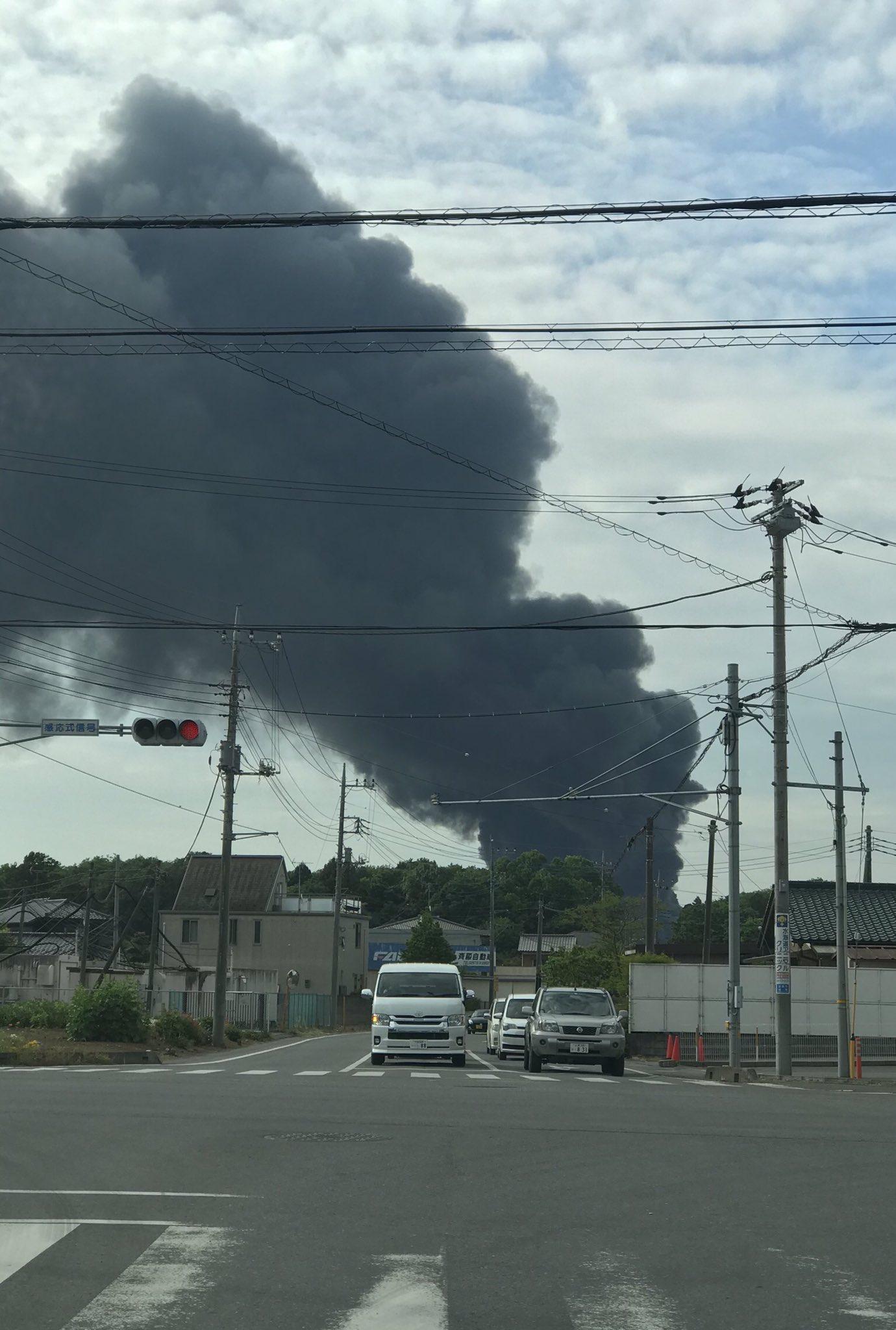 画像,とんでもない黒煙もくもく。工場火災かな? https://t.co/vUlnx9m6xV。